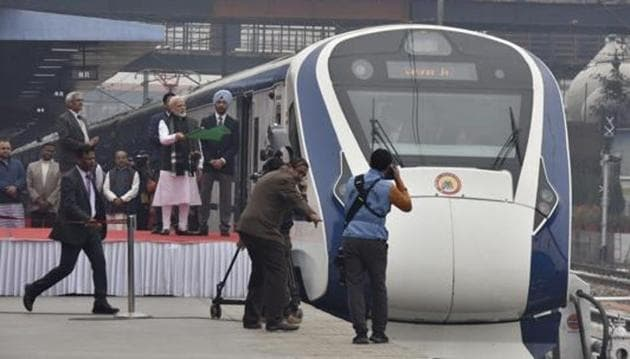 India's first semi high-speed train, Vande Bharat Express, arrived in Varanasi on its first commercial run from New Delhi an hour and 25 minutes behind schedule because of fog on Sunday. (Photo by Sanjeev Verma/ Hindustan Times)(Sanjeev Verma/HT PHOTO)