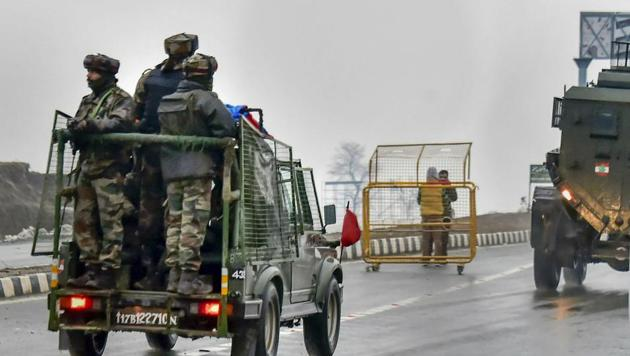 Army soldiers move towards the site of suicide bomb attack at Lathepora Awantipora in Pulwama district of south Kashmir on February 14.(AP Photo)