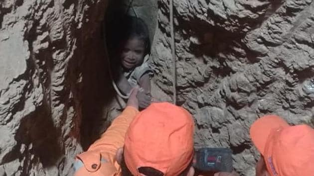 NDRF men trying to rescue the 6-year-old boy who had fallen into a borewell near Pune.(ANI/Twitter)