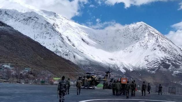 With the weather clearing up on Saturday following days of snowfall, rescuers stepped up efforts to trace five soldiers who were trapped under the avalanche near Namgia Dogri outpost along Indo-Tibet border in Kinnaur district.(HT Photo)