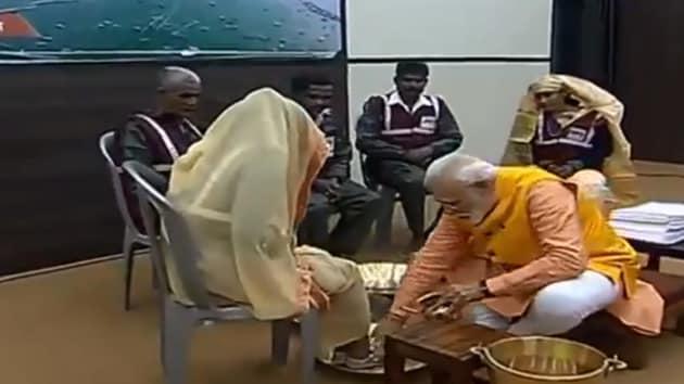 Prime Minister Narendra Modi washes the feet of the sanitation workers.(Narendra Modi/Twitter)
