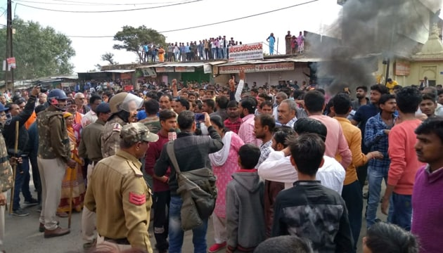 Smoke billows from a property set on fire by protesters in Chitrakoot in Madhya Pradesh after the bodies of two school boys kidnapped on February 12 were found on the banks of the Yamuna river .(HT PHOTO)
