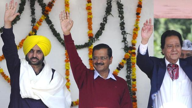 Aam Aadmi Party national convenor Arvind Kejriwal (centre), Harmohan Dhawan (right) and MP Bhagwant Mann during a rally in Chandigarh on Sunday.(Anil Dayal/HT)