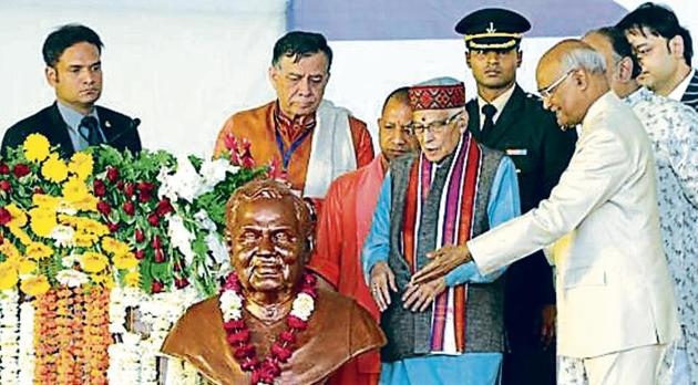 President Ram Nath Kovind unveiling a statue of former PM Atal Bihari Vajpayee at the DAV College, Lucknow, on Monday(HT)
