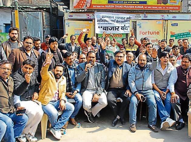 Hundreds of wholesale traders on Thursday afternoon staged a protest and blocked GT Road near Hapur crossing following the murder of a 55-year-old oil trader on Wednesday night.(Sakib Ali/HT Photo)