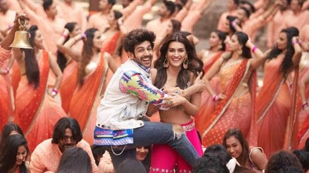 Kartik Aaryan and Kriti Sanon in a still from Luka Chuppi.