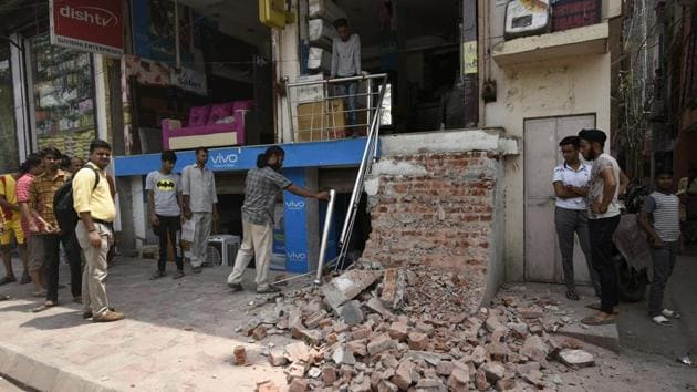 The South Delhi Municipal Corporation (SDMC) on Friday said it will no longer clear construction and demolition waste dumped on PWD roads. (Photo by Burhaan Kinu/ Hindustan Times)(Burhaan Kinu/HT PHOTO)