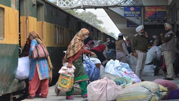 Of the 176 passengers who arrived at Attari, 162 were Indians, a customs official said.(Sameer Sehgal/HT)