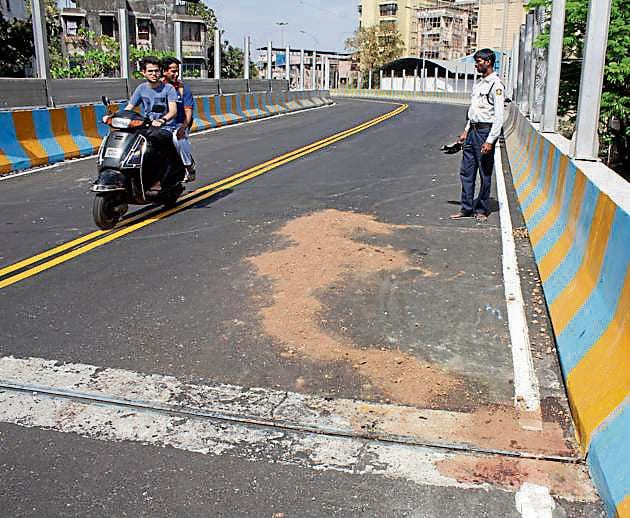 The spot on Meenatai Thackeray flyover where the accident took place.(Praful Gangurde/HT)