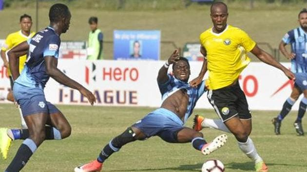 Phlip Emeka Njoku (IN Blue) player of Minerva Punjab FC and Gnohere Krizo (Yellow) player of Real Kashmir FC (Yellow) in action.(HT Photo)