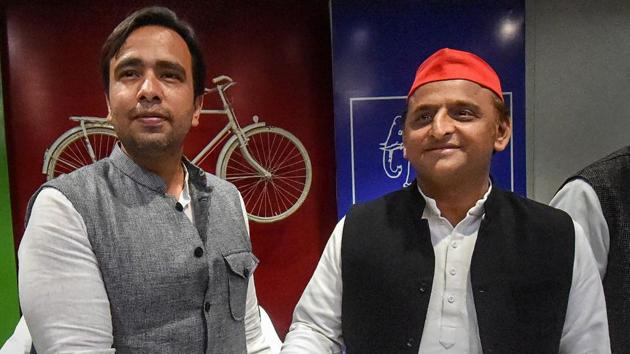 Samajwadi Party (SP) President Akhilesh Yadav and RLD Vice President Jayant Chaudhary during a joint press conference, at the SP office, in Lucknow, Tuesday.(PTI)