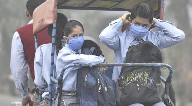 School going children wear masks to protect themselves from the toxic Delhi - NCR air.(Mohd Zakir/HT PHOTO)