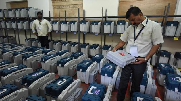 Election Commission staff preparing EVMS.(Arijit Sen/HT file photo)