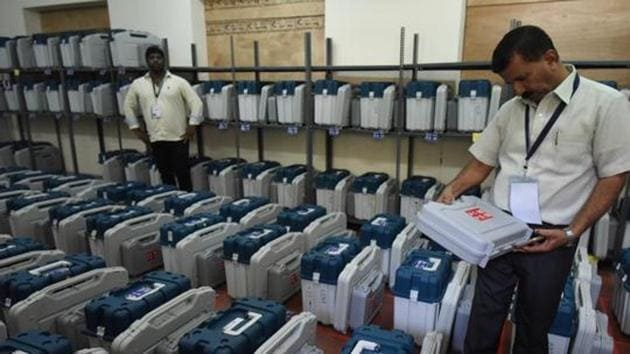 Voter Verifiable Paper Audit Trail (VVPATs) will be used in all polling stations along with EVMs, chief election commissioner Sunil Arora said today. CEC Sinil Arora said on Sunday.(HT Photo)