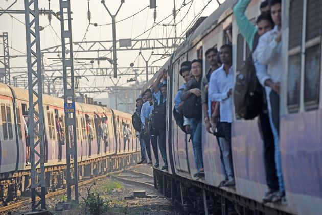 Teams of Railway Protection Force (RPF) personnel will be deployed in crowded local trains to identify those standing on footboards and blocking entry and exit of other passengers.(HT FILE)
