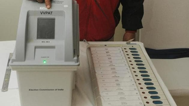 Patna, India - January 18, 2019: An electoral officer demonstrates the Electronic Voting Machine (EVM) and Voter Verifiable Paper Audit Trail (VVPAT) during the review meeting of poll preparedness of the state for the upcoming general elections, in Patna, Bihar, India, on Friday, January 18, 2019. (Photo by Parwaz Khan / Hindustan Times)(Parwaz Khan /HT PHOTO)
