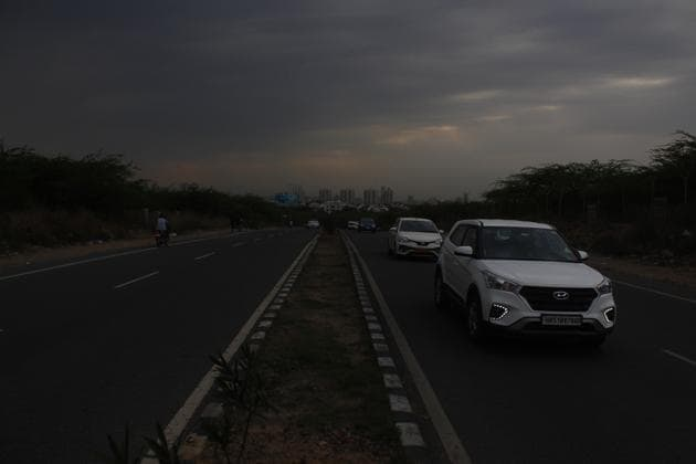 The Municipal Corporation of Gurugram (MCG) has issued a work order for installing 740 street lights on the Gurgaon-Faridabad Road, said MCG officials on Thursday.(Yogendra Kumar/HT Photo)