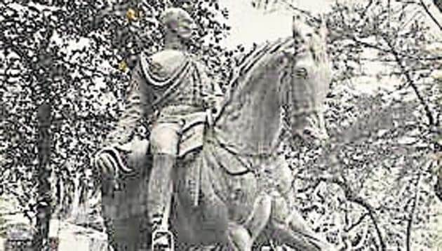 The Prince of Wales statue (the original Kala Ghoda), photographed by Foy Nissen.(JNAF, CSMVS)