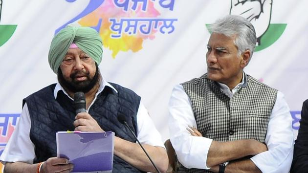Chief minister Captain Amarinder Singh and Punjab Congress president Sunil Jhakar addressing a press conference in Chandigarh on Saturday.(Anil Dayal/HT)