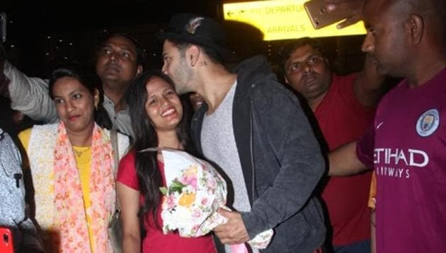 Varun Dhawan kisses a fan on Mumbai airport after she went on knees and proposed him.(Photo: Varinder Chawla)