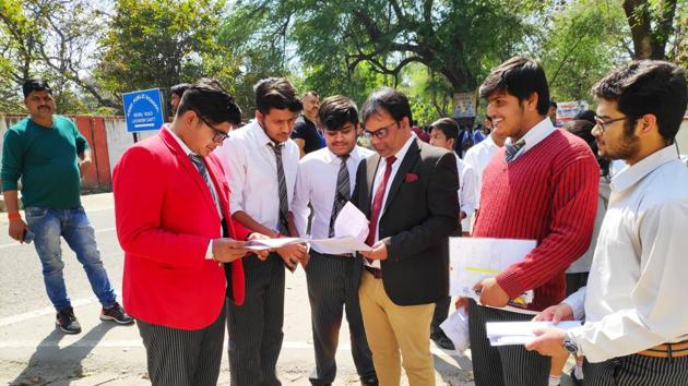 CBSE question paper analysis : A number of CBSE Class 12 maths students, who appeared in the examination on Monday, said that the paper was of average difficulty level and a bit lengthy.(Rajeev Mullick/HT photo)
