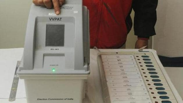 Patna, India - January 18, 2019: An electoral officer demonstrates the Electronic Voting Machine (EVM) and Voter Verifiable Paper Audit Trail (VVPAT) during the review meeting of poll preparedness of the state for the upcoming general elections, in Patna, Bihar, India, on Friday, January 18, 2019.(Parwaz Khan /HT PHOTO)
