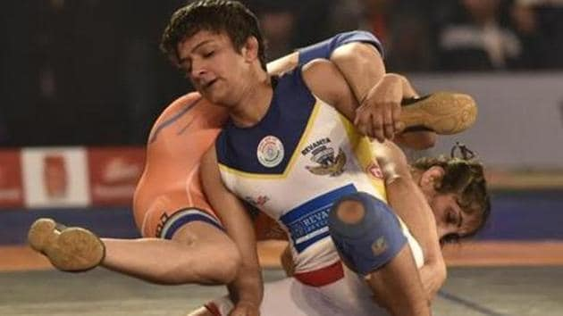 Ritu Phogat (white singlet) in action during the Pro Wrestling League final match.(Hindustan Times)