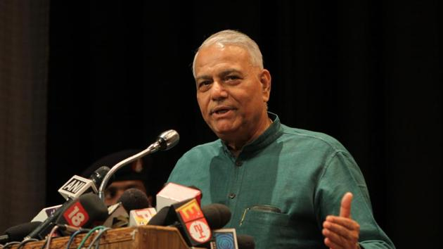 Former Union Yashwant Sinha on Tuesday asked the opposition leaders to stop speaking against one another in public ahead of the Lok Sabha election.(HT file/Sonu Mehta)