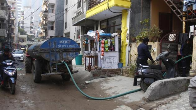 Between 2016 and 2018, the level of fluoride in Gurugram's groundwater rose by 17%, as per data with the district public health engineering department. (Photo by Yogendra Kumar/Hindustan Times)(Yogendra Kumar/HT PHOTO)
