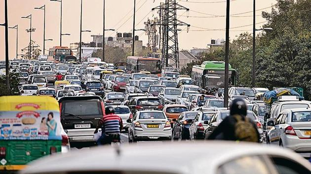 The snarl on the Ashram flyover on Wednesday. The Maharani Bagh foot overbridge has been closed for repair, forcing pedestrians to cross the road at surface, slowing down traffic.(Burhaan Kinu/ HT Photo)