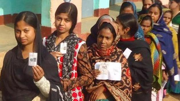 Voters queue up to cast their vote at Dumka in Jharkhand.(HT Photo)