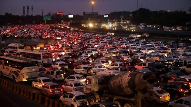 Traffic snarls at Bhuteshwar Mandir Chowk near Sadar Bazaar in Sector 11 might soon be resolved with the Gurugram Metropolitan Development Authority's (GMDA) plan to turn the crowded intersection into a clockwise roundabout by July.(PTI)