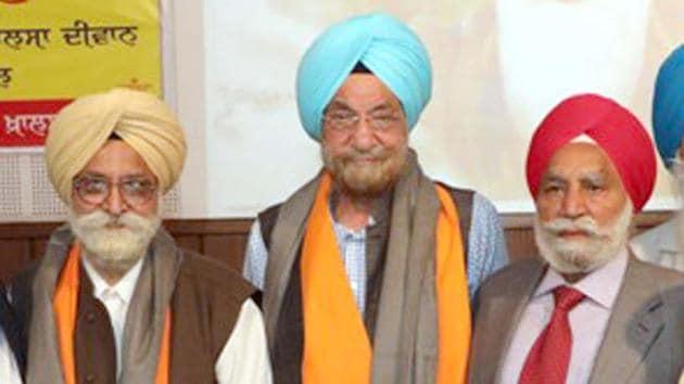 Former SAD MP Tarlochan Singh (Centre)in Amritsar on Monday.(HT Photo)