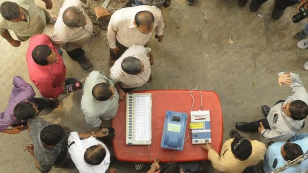 Directed by District Election Officer, as part of an awareness programme, officials show EVMs (Electronic Voting Machine) and VVPATs (Voter Verifiable Paper Audit Trail) to people near Shyambazar AV School, in Kolkata, West Bengal, India, on Tuesday, March 19, 2019.(Samir Jana / Hindustan Times)