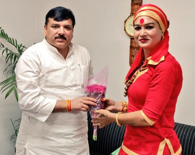 Bhawani Maa with AAP leader Sanjay Singh in New Delhi, March 29, 2019.(HT Photo)