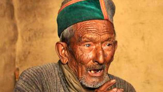 Shyam Saran Negi is India's first voter. The 102-year-old Kinnaur resident is all set to cast his vote in the 2019 Lok Sabha elections.(HT File)