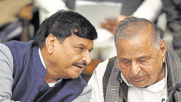 For the first time, Samajwadi Party (SP) founder and chief patron Mulayam Singh Yadav has indicated he is maintaining a distance from his younger brother and Pragatisheel Samajwadi Party-Lohia (PSP-L) president Shivpal Yadav.(PTI File Photo)