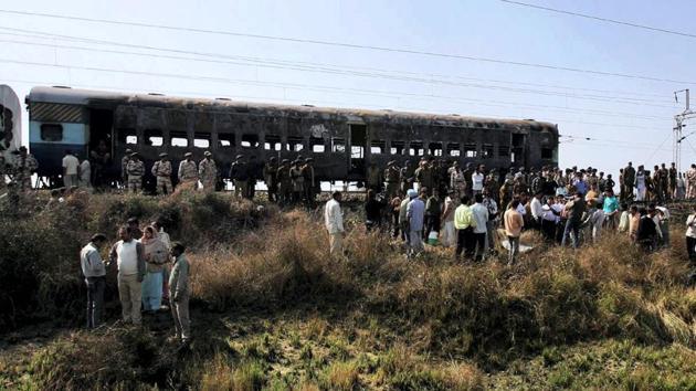A view of a burnt carriage of Samjhauta Express train in Deewana, near Panipat town, February 19, 2007.(PTI File)