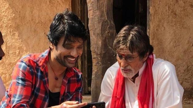 aAmitabh Bachchan and Suryah on the sets of Uyarntha Manithan