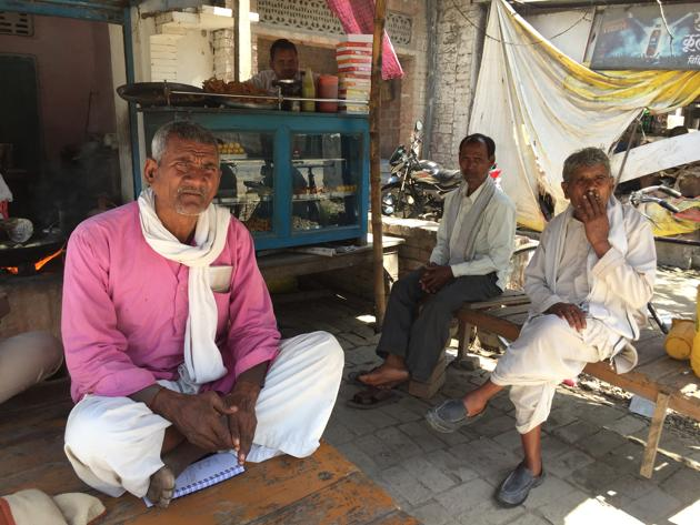 Residents of Bicchiya village of Unnao discussing election issues in their constituency.(HT Photo)