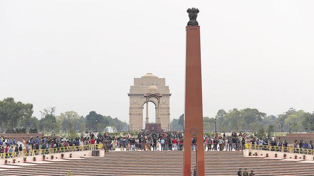 The India Gate and National War Memorial together witness a daily footfall of about 50,000 people on weekdays. On weekends, the footfall touches 1.5 lakh.(HT PHOTO)