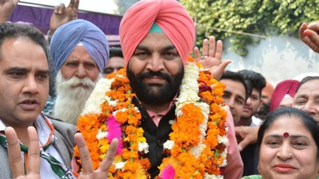 Congress's Gurjit Singh Ajula celebrating his victory after being declared a winner in 2017 bypoll in Amritsar Lok Sabha constituency(HT file photo)
