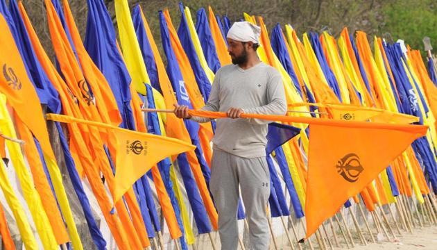 A vendor selling flags to pilgrims on way to Anandpur Sahib. The fight in the Punjab's Anandpur Sahib seat might turn into a multi-cornered contest in Lok Sabha elections 2019.(Pardeep Pandit/HT file Photo)