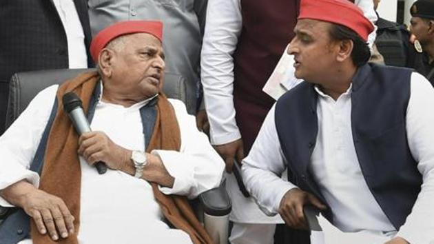 Samajwadi Party leaders Mulayam Singh Yadav and Akhilesh Yadav.(PTI)