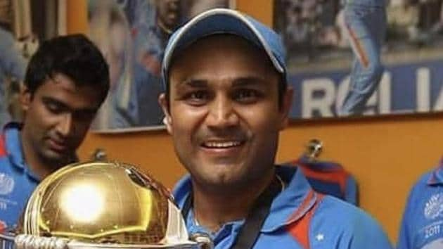 Virender Sehwag with the 2011 World Cup trophy.(Twitter/Virender Sehwag)