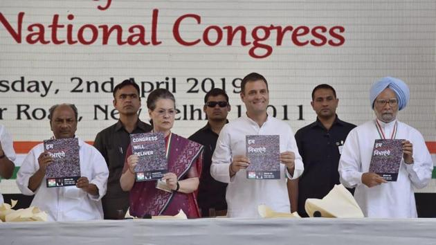 Congress president Rahul Gandhi, UPA chief Sonia Gandhi, former Prime Minister Manmohan Singh releasing Congress manifesto in New Delhi on Tuesday.(Ajay Aggarwal/ HT)