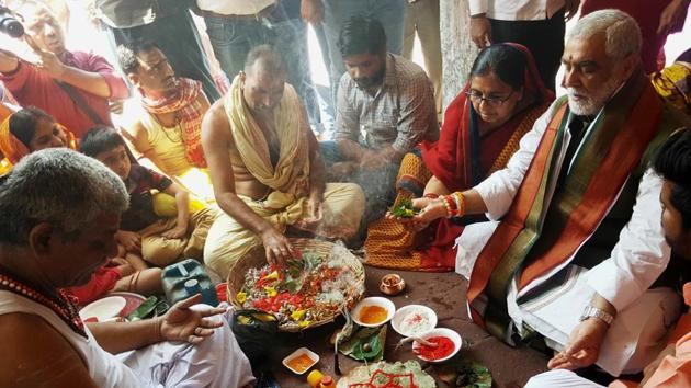 Union minister of state for heath Ashwani Choubey and BJP candidate from Buxar Lokj Sabha seat - Bihar offering prayers along with his better half in Deoghar recently(HT)