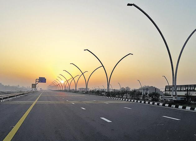 Before the expressway, Agra and Lucknow were connected by a narrow two-lane road riddled with potholes and sluggish traffic.(HT Photo)