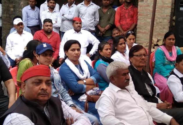 Voters of Mohanlalganj area during an interaction with BBAU students.(HT Photo)