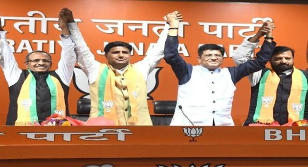 Samajwadi party leader Dr Rajendra Singh(left), Ram Sakal Gurjar(second from left). RLSP vice-president Shiv Raj(right) join the BJP in the presence of Union minister of railways Piyush Goyal at the party headquarters in New Delhi.(HT)